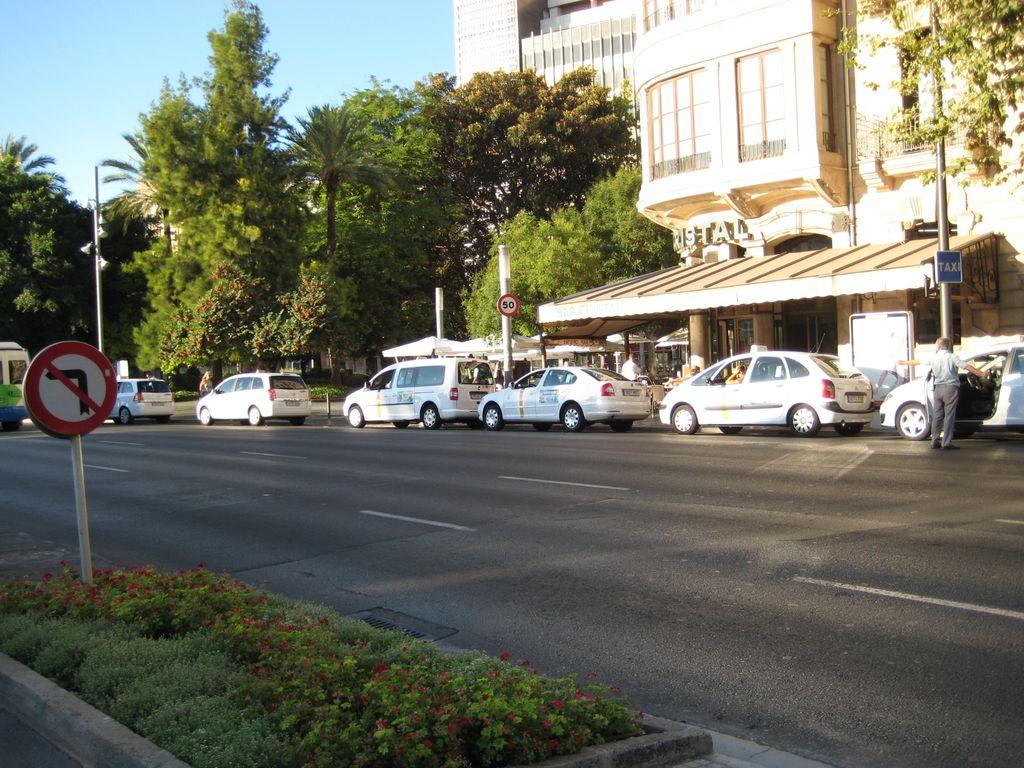 Такси ждут своей очереди